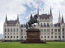 Statue de Ferenc Rakoczi dans la perspective du bâtiment du Parlement à Budapest Hongrie images libres de droits