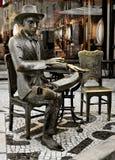 Statue de Fernando Pessoa en dehors de café un Brasileira à Lisbonne Images libres de droits