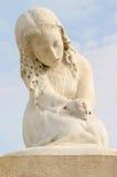 Statue de fille au cimetière Images stock