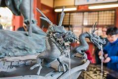 Statue de fontaine dans le temple de Sensoji, Asakusa, Tokyo Photographie stock