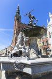 Statue de fontaine du ` s de Neptune à la rue de marché à terme par l'entrée à Artus Court, Danzig, Pologne Images libres de droits