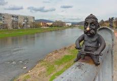 Statue de forgeron sur le pont au-dessus de la rivière de Latorica dans la ville de Mukacheve, Ukraine Photographie stock libre de droits