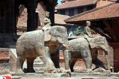 Statue de garder des éléphants dans la place de Bhaktapur Durbar photo libre de droits