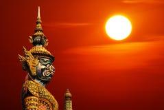 Statue de statue de gardien de démon en Thaïlande avec Sun et copyspa Image libre de droits