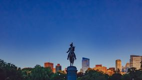 Statue de George Washington dans le jardin public de Boston contre la SK bleue photo stock
