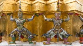 Statue de Giants sous la pagoda d'or Photographie stock libre de droits