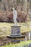 Statue de Girl de baigneur près du pavillon de volière dans Pavlovsk Images stock