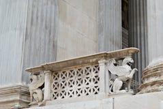 Statue de griffon du parlement Vienne Autriche image stock
