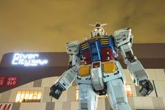 Statue de Gundam au ciel crépusculaire Images libres de droits