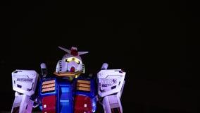 Statue de Gundam la nuit images stock
