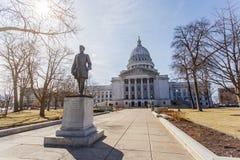 Statue de Hans Christian Heg devant le capitol d'état du Wisconsin photo stock