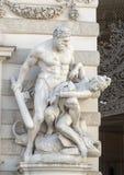 Statue de Hercule volant la ceinture de Hippolyte à l'entrée de Michaelerplatz au Michaelertrakt, palais de Hofburg, Vienne photos libres de droits