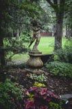 Statue de jardin en parc Photographie stock libre de droits