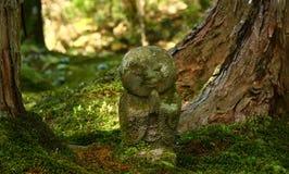Statue de Jizo dans un temple bouddhiste photo stock