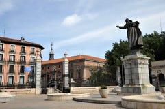 Statue de John Paul II devant la cathédrale d'Almudena Madrid, Espagne Photos stock