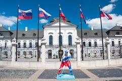 Statue de joueur d'hockey à Bratislava, Slovaquie Photographie stock libre de droits