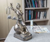 Statue de juge Themis avec des euros et des dollars d'argent Paiement illicite et concept de crime Photo libre de droits