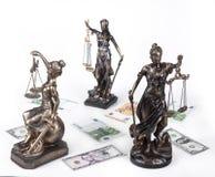 Statue de juge Themis sur le fond blanc Photographie stock