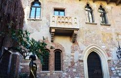 Statue de Juliet avec sa maison de balcon à Vérone, Italie Images libres de droits