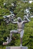 Statue de l'homme chassant quatre génies, parc de Vigeland photo stock