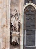 Statue de l'homme dans la toge de la cathédrale de Milan Photos stock