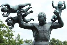 Statue de l'homme et des enfants, parc de Frogner, Oslo Photos stock