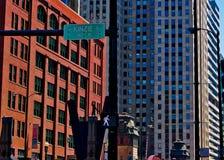 Statue de l'homme sur la corde raide sur la rue de Kinzie Chicago, avec le signe piétonnier de promenade Photos stock