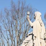Statue de la foi avec le calice à disposition photographie stock libre de droits