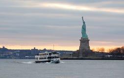 Statue de la liberté au coucher du soleil photos stock