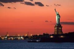 Statue de la liberté au crépuscule photos stock