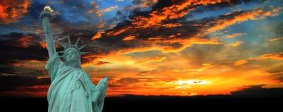 Statue de la liberté au panorama de coucher du soleil, New York Photo stock