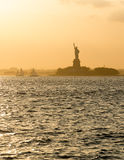 Statue de la liberté avant coucher du soleil dans le port flou de New York photo libre de droits