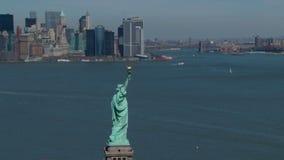 Statue de la liberté avec l'horizon de nyc banque de vidéos