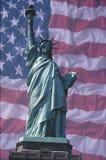 Statue de la liberté avec l'indicateur américain photos stock