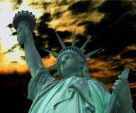 Statue de la liberté avec la torche à la lumière du soleil et à l'arrière-plan foncé de ciel Image stock