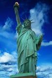 Statue de la liberté avec le ciel nuageux bleu lumineux, New York Photos stock