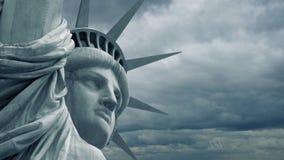 Statue de la liberté avec le dépassement orageux de ciel clips vidéos
