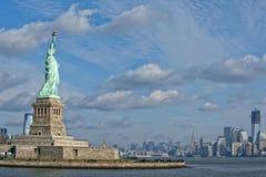 Statue de la liberté dans le ciel bleu profond Images stock