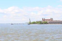 Statue de la liberté et de l'Ellis Island photos stock
