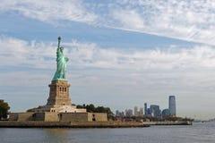 Statue de la liberté et des gratte-ciel Image stock