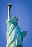 Statue de la liberté et du coucher du soleil de New York City Photo stock
