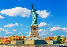 Statue de la liberté et du coucher du soleil de New York City Images libres de droits