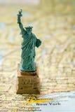 Statue de la liberté et du coucher du soleil de New York City photos stock