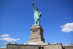 Statue de la liberté et du coucher du soleil de New York City Photographie stock libre de droits