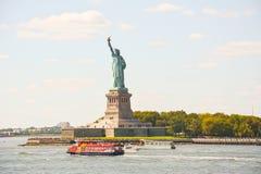 Statue de la liberté et du coucher du soleil de New York City Image stock