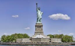 Statue de la liberté et du coucher du soleil de New York City image libre de droits