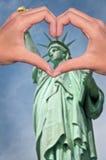 Statue de la liberté et mains formant un coeur, un amour de New York et un concept de voyage Photo stock