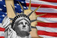 Statue de la liberté sur l'île à New York avec le drapeau Image stock