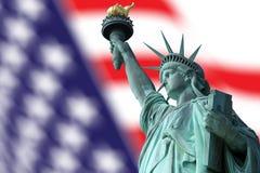Statue de la liberté sur l'île à New York avec le drapeau Photographie stock