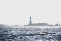 Statue de la liberté sur l'île dans le brouillard Image stock
